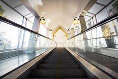 Escalator, à travers des escalators Image libre de droits