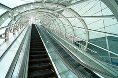 Escalator à travers le mouchard par le toit en verre Pour empêcher r images libres de droits
