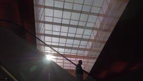 Escalator avec des personnes dans le centre commercial banque de vidéos