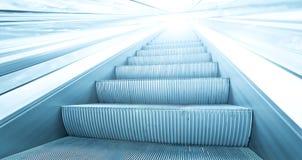 Escalator bleu dans le mouvement Photo libre de droits