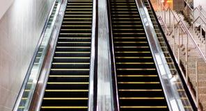 Escalator d'intérieur avec la vue recherchant Photos stock
