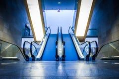 Escalator dans la construction moderne Image libre de droits