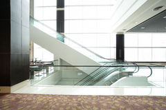 Escalator dans la construction moderne Images libres de droits