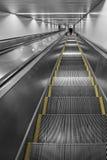 Escalator dans la gare ferroviaire Photos stock