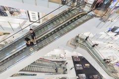 Escalator dans le centre commercial images libres de droits