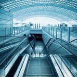 Escalator dans le hall moderne d'aéroport Images stock