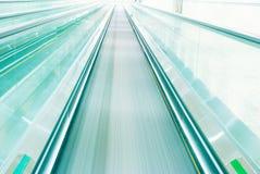 Escalator dans le mouvement Image stock