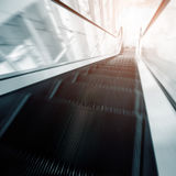 Escalator dans le mouvement Photo stock