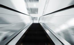 Escalator dans le mouvement Photographie stock libre de droits