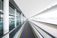 Escalator dans le terminal d'aéroport Photos stock