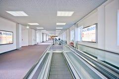 Escalator dans les couloirs d'aéroport photographie stock libre de droits