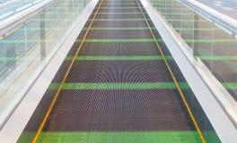 Escalator de passage couvert sur le terminal d'aéroport Photo stock