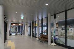 Escalator et zone de stockage dans la station de Shin-Hakodate-Hokuto Image stock