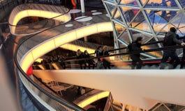 Escalator géant dans un grand mail Photographie stock libre de droits