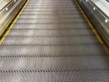 Escalator lisse pour le caddie dans le mail ou l'a?roport photos libres de droits