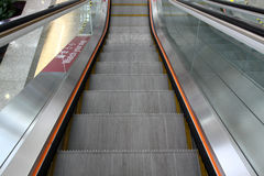 Escalator mobile au centre de bureau Photos stock