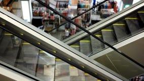 Escalator mobile avec des escaliers dans le grand mail HD clips vidéos