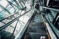 Escalator mobile bleu dans la vue de perspective de hall d'aéroport Photographie stock libre de droits