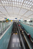 Escalator mobile dans le hall moderne d'aéroport Image stock