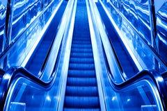 Escalator moderne bleu Photos libres de droits