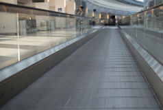 Escalator plat de passage couvert dans l'aéroport Photo stock
