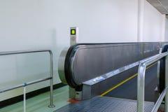 Escalator plat pour le transport de passagers dans l'aéroport Image libre de droits