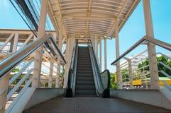 Escalator près de route images libres de droits