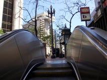 Escalator sortant la station de métro souterraine d'Embarcadero photo stock