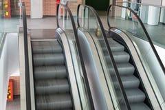 Escalators à l'intérieur d'édifice public dans le mouvement continu photographie stock libre de droits