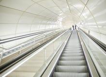 Escalators à une station de métro souterraine moderne photos stock