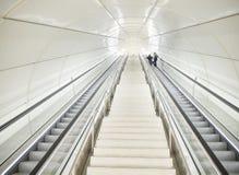 Escalators à une station de métro souterraine moderne photographie stock libre de droits