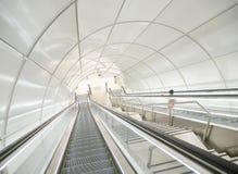 Escalators à une station de métro souterraine moderne photo libre de droits