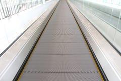 Escalators déplaçant la manière Photographie stock libre de droits