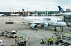 Escalators dans l'aéroport Photo libre de droits