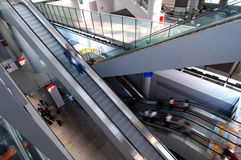 Escalators dans l'aéroport Photographie stock