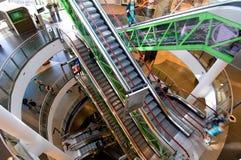 Escalators dans les nouvelles galeries d'achats Photographie stock libre de droits