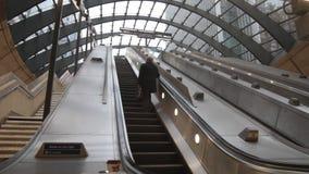 Escalators de souterrain banque de vidéos