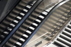 Escalators et escaliers. Photographie stock libre de droits
