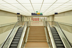 Escalators modernes dans la station de train Images libres de droits