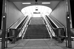 Escalators modernes noirs et blancs dans l'aéroport Images libres de droits