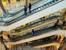 Escalators multiniveaux de centre commercial Image stock