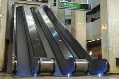 Escalators vides dans la station de métro Photos libres de droits