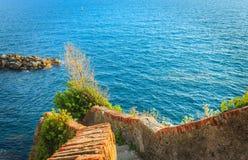 Escalera abajo al mar en Riomaggiore Imagen de archivo libre de regalías