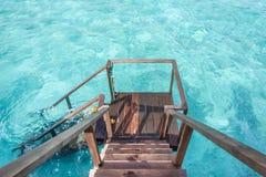 Escalera abajo al océano cristalino del balco del soldado del chalet del agua Foto de archivo