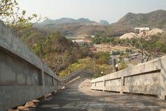 Escalera abajo de las altas montañas Foto de archivo libre de regalías