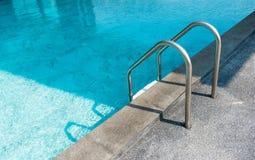 Escalera abajo en la piscina Imagen de archivo libre de regalías