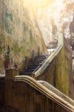 Escalera abajo a la cueva de Khao Luang Imágenes de archivo libres de regalías