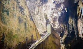 Escalera abajo a la cueva de Khao Luang Imagen de archivo libre de regalías