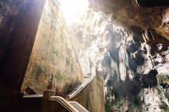 Escalera abajo a la cueva de Khao Luang Fotos de archivo