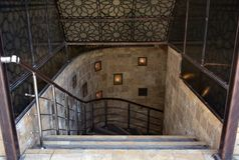 Escalera abajo, pendiente al sótano, barra del té Foto de archivo libre de regalías